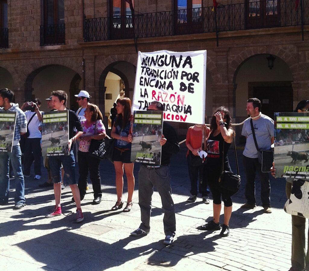 30 activistas del PACMA contra el toro enmaromado