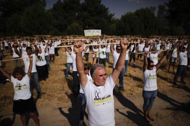 500 personas se concentran en Tordesillas contra el Toro de la Vega