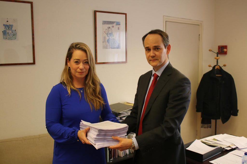 Ciudadanos holandeses hacen entrega de las firmas en la embajada de España en La Haya.